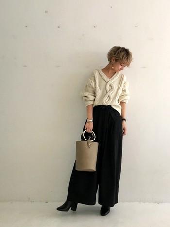 ゆったりとしたワイドパンツには、ヒールの高めのショートブーツを合わせると女っぽいコーディネートに。きっちり感のあるレザーのブーツは、ゆったりシルエットのコーディネートを程よく引き締めます。