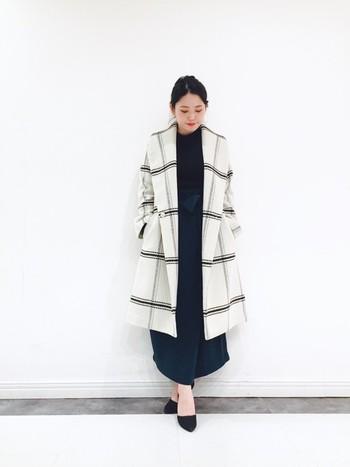 大きな襟が大人上品なチェックのロングコートには、モスグリーンのマキシ丈スカートでシックな装いに。スタイルUPが期待できるロングシルエットコーデはこの冬もおすすめです。