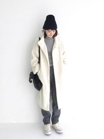 シックなヘリンボーン模様の細身パンツは、ゆったりシルエットのロングコートと相性良く馴染みます。カジュアルなアイテム合わせのコーデでも大人の上品さは忘れずに。