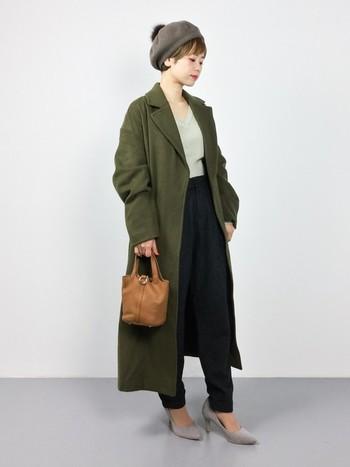 メンズライクなカーキのロングコートは、Vネックニットとヒールパンプスでレディーな装いに。綺麗めな細めパンツと合わせれば、すらっとラインが強調されてスレンダーな印象に仕上がります。