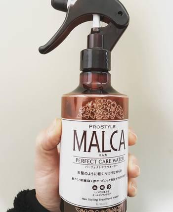 ウォータースプレーは、寝癖やハネをリセットしつつ髪に潤いを与えてくれる「MALCA(マルカ)」のパーフェクトケアウォーターがおすすめ。15種類のオーガニック美髪ケア成分と15種類のアミノ酸MIXを配合し、素髪のように軽やかでサラサラの髪に導いてくれます。うれしいノンシリコン処方。
