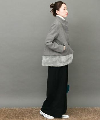裾のファーデザインが印象的なショートコート。カジュアルにもシックにも馴染む優秀アイテムで、ブラックのワイドパンツに合わせてきれいめカジュアルな装いにぴったりです。