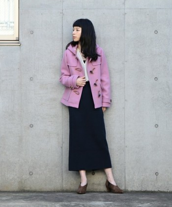 ダークカラーになりがちな冬コーデも、鮮やかなピンクが特徴的なダッフルコートで色味をプラス。ボトムスはシックなブラックのタイトスカートで甘辛ミックスさせるのがおしゃれコーデのポイントです。