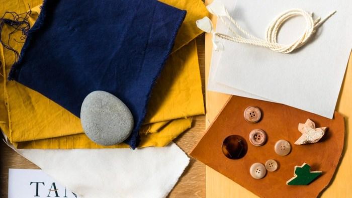 TANSUで使われる素材は、時が経つほどに 使う人に合わせて味わい深く変化していきます。流星群のような表情ある「流星クロス」や極細番手の和紙糸と綿を交互にしっかりと織り込み、日本の気候にあった「綿和紙ツイル」など、素材からもこだわりを感じます。