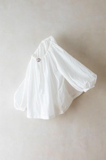 女性らしいやわらかな雰囲気のスモックブラウスは、極細のコットン糸で織り成されたローン地が使われています。どこかてるてる坊主を思い出させてくれるようなふんわり感。