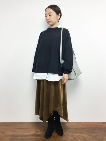 ゆったりめの首つまりニットとゆったりめのスカートを合わせた個性派なコーデ。ビッグサイズのシャツをニットから覗かせることで、コーデにメリハリが出ます。