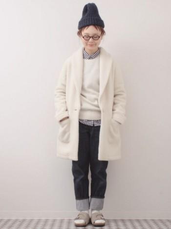 柔らかな素材のホワイトニットには、優しいギンガムチェックの襟シャツをイン。襟部分はニットの中にしまって、清潔感のあるかっちりスタイルの完成です。