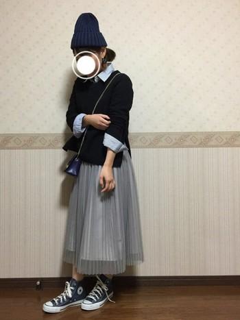 チュールスカートにベーシックなニットと襟シャツを合わせてガーリーにも楽しむことができます。甘めアイテムのチュールスカートには、コンバースのハイカットスニーカーとニット帽で程よくカジュアルダウン。
