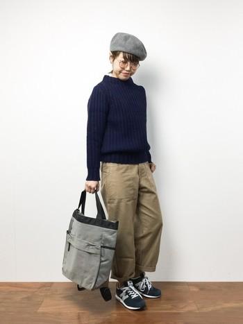 帽子とバッグをグレーでまとめたグレーコーデ。ボーイッシュでありながら丸メガネやベレー帽でさりげなくかわいらしさを演出しているところがすごい。