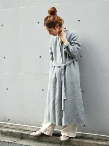ロングのガウンコートで、ちょっぴり大人っぽいシンプルなリラックスコーデも素敵。エフォートレスな装いは今季のトレンドなのでぜひ取り入れたいですね!