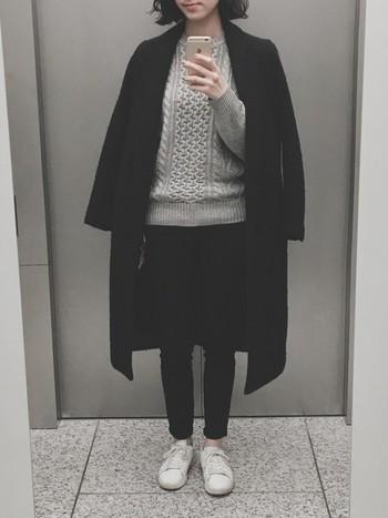 シンプルでジェンダーレスなファッションの定番はやっぱりケーブルニットですね。チェスターコートと合わせてとことんかっこよく着こなしたい。
