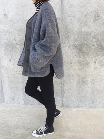 もこもこのグレーのボアジャケットは、すっきり細身のブラックのスキニーパンツと合わせてかっこよく。モノトーンコーディネートもどこかやわらかく仕上がります。