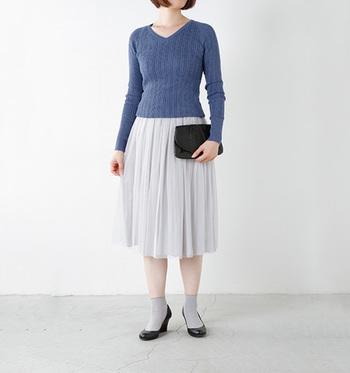すっきりとシャープな首元を演出するVネックのラインと、丸みをおびた肩のラインが絶妙なニット。タイトなリブ素材なら女性らしいシルエットを作ってくれます。軽やかなプリーツスカートともぴったりです。