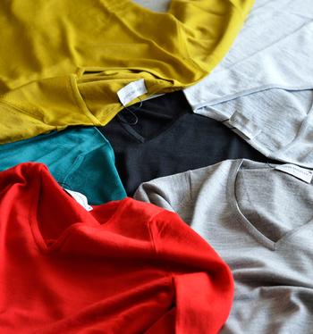 いかがでしたか?首元をすっきりと見せてくれるVネックニットは、きれいめにもカジュアルにもオンオフ着まわせる優秀アイテムですね。寒い時期はシャツをINすることでより暖かく着こなすことができますよ♪
