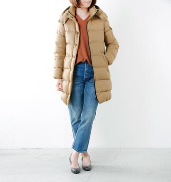 もこもこしがちなダウンコートも、Vニットならスッキリと軽やかに着こなせますね。
