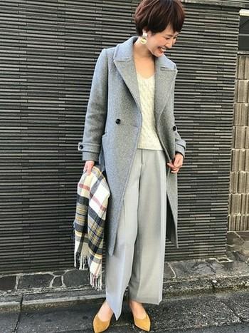 グレーのワントーンコーデに、ケーブル編みのVニットで優しい雰囲気をプラスしています。デコルテが綺麗に見える広めのVネックは、大人フェミニンな印象ですね。
