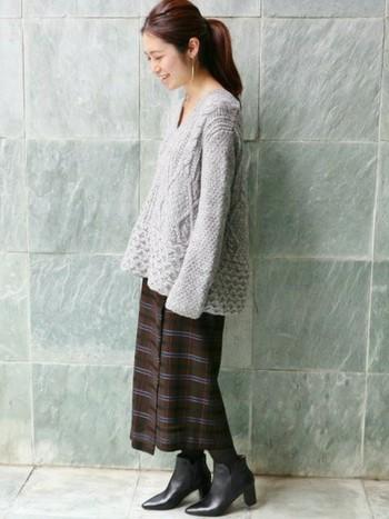 アラン編みのボリュームのあるニットですが、Vネックなのですっきりとした印象です。トップスにボリュームがある場合は、タイトなスカートを選ぶとバランス良く着こなせますよ。