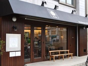 様々なフレンチレストランで腕を振るってきたシェフが松陰神社にオープンしたブーランジェリー。 本格的なフランス仕込みのパンでありながら、食卓に馴染む食パンや、親しみやすい甘さのフルーツデニッシュなど、優しい味のラインナップです。