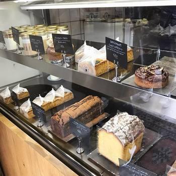 ずらりと並んだ定番の焼き菓子は、どれも上品な甘さの大人のお菓子。お持たせにもぴったりです。