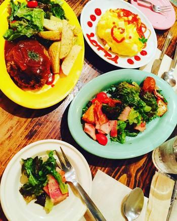 かわいいオムライスをはじめとして、お食事メニューも充実しているので夜の食事会にもぴったりです。
