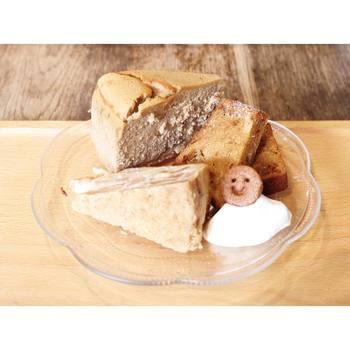 コーヒーのスフレチーズケーキ、アップルシナモンチーズケーキ、キャラメルバナーヌなど、素朴で優しい味わいのケーキが盛り付けられたケーキプレート。