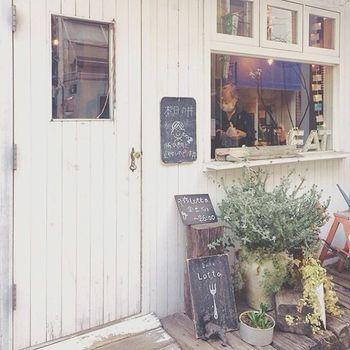 フランスの田舎の小さなおうちのような可愛い佇まいの「カフェ・ロッタ」。 手作りスイーツやお食事、ラテなどを楽しめます。