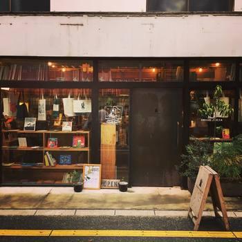 古い八百屋をリノベーションしたお洒落な古本屋さん「nostos books」。 アート、デザイン系の本を中心とした個性的なラインナップです。