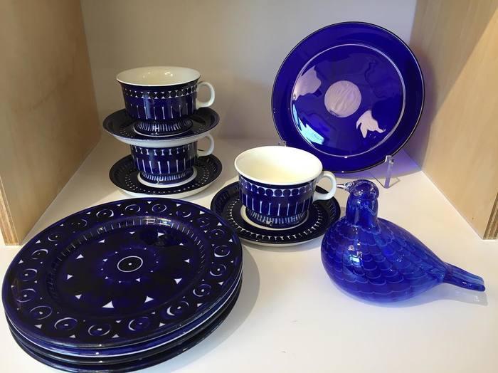 濃い青色が夜空を思わせる、北欧のヴィンテージの食器たち。お店のディスプレイも美しいのでインテリアの参考になります。