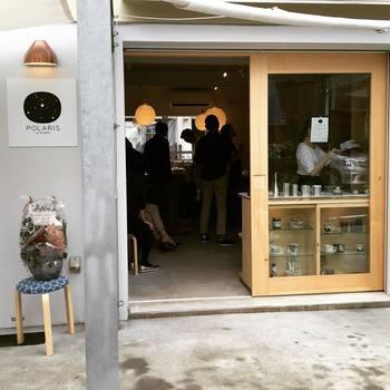洗練された都会的な雰囲気と、柔らかい木の空間が融合した上品なお店です。