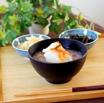 お正月で余ったお餅なども活用でき、おなかにもたまる小豆がゆ。ぜんざい風の自然な甘みに、じんわりと癒される優しいおかゆです。