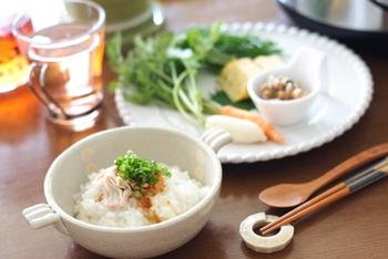 やさしい味の中華粥は、だしが命。鶏肉を使えば、手軽に味わえます。ごま油の風味なども食欲をそそりますね。