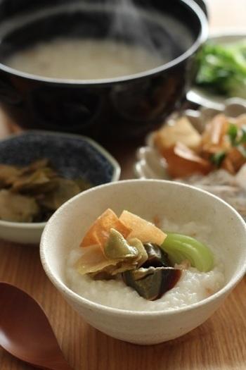 干しえびを入れておかゆを炊き、トッピングにはザーサイ、ピータン、青梗菜、揚げた春巻きの皮を使っているそうです。本場の香りがしますね。