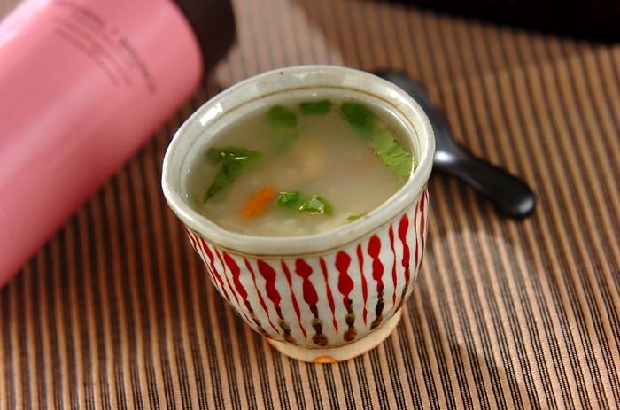 ホタテの缶詰めがあれば、手軽に海鮮中華がゆが味わえます。干しえびのうまみもいい感じ。こちらは、スープジャーを使った、鍋いらずのレシピ。手間を省くテクニックとしてぜひ覚えておきたいですね。