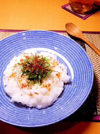 ナンプラーやパクチーなど、タイ料理の食材を使ったおかゆ。たまにはこんな変わり種のおかゆも楽しいですね。