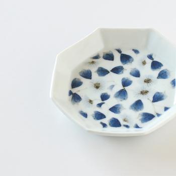 真泥 八角皿。 正方形に近い八角形のお皿に描かれているのは繊細で上品なお花たち。 どんなものでも華やかでいて品よく見せてくれます。
