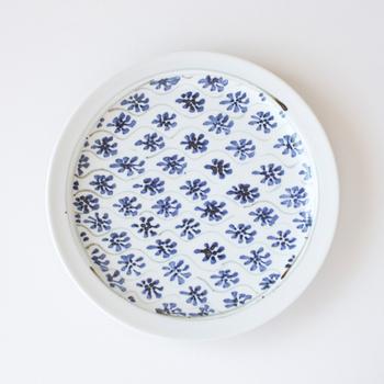 瀬戸焼の藍色花模様の器。 なんにでも合う藍色の花模様は、シンプルでいてかわいらしい。 ひとつひとつ手書きの花がいい味を出しています。