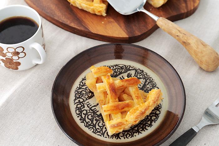 素朴なお皿の色合いがアップルパイをさらに美味しく見せてくれます。山小屋のカフェみたいですね...♪