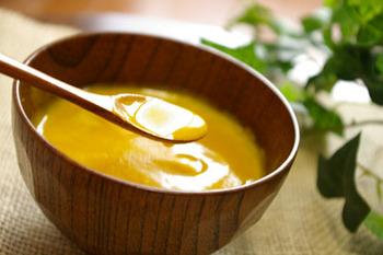 優しい甘さのかぼちゃがゆ。ミキサーにかけたお米と、同じくミキサーにかけたかぼちゃ、黒ごまなどを合わせて鍋にかけ、加熱します。とろりとマイルドなベジタブルおかゆです。