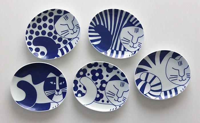 5種類のねこたちがデザインされている「ごのねこ豆皿」豆皿というよりはもう少し大きめなので取り皿としても大活躍。どのネコも個性豊かで5枚全部揃えたくなりますね。おそろいの箸置きも一緒に揃えると食卓により統一感が!