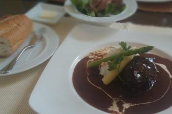 こちらが『ブッフ・ブルギニヨン(牛肉の赤ワイン煮込み)』。ブルゴーニュ地方のシャロレ牛はフランス最高牛で有名です。