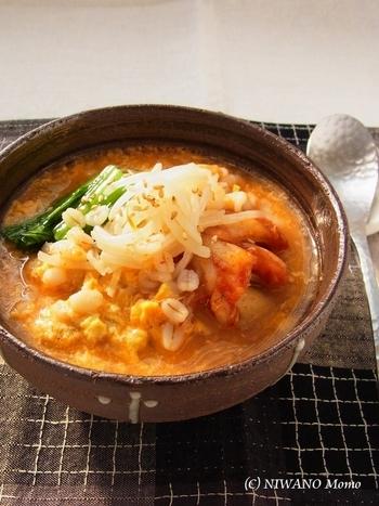 押し麦でおかゆを作り、キムチ味に仕上げたものを卵でふわふわにとじます。体に芯から温まりそうなおかゆです。