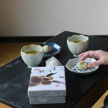 栗きんとんを、ひとつ。 いつもよりもきちんと、丁寧に。 お茶の時間を楽しみたくなりますね。