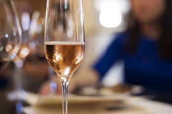 同じく葡萄から作られますがワインとシャンパンは別と考えるフランス人は多いです。