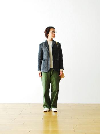 ラフな印象の強いワークパンツは、そのままシンプルなトップスと合わせて自然体な着こなしをするのはもちろん、ジャケットと合わせて少しカチッと着こなすのもいいですね。