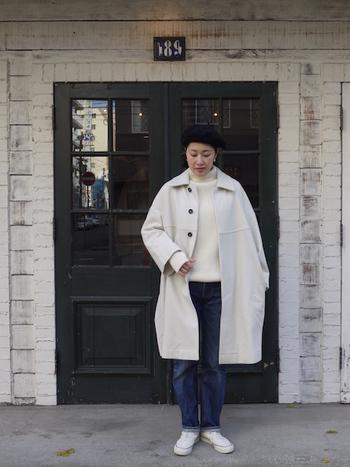 デニムによく似合う色は、やっぱりホワイト。トップスもコートもホワイトでまとめて、爽やかで自然体な冬コーデを楽しんでみてください。