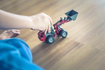 子どもがおもちゃで遊んだり、ペットが走り回ったり・・・他にもちょっと家具を移動しただけでもフローリングは傷がつきやすいもの。  ワックスを塗ることで、透明皮膜が大切な床をキズからやさしく守ってくれるんです。