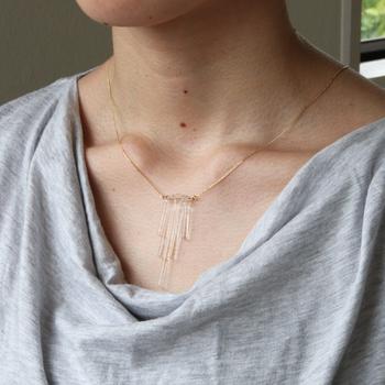 胸元の透明感が芯の強い女性を象徴しているように思えます。冷たい空気とクリアのガラスはお似合いですよね。