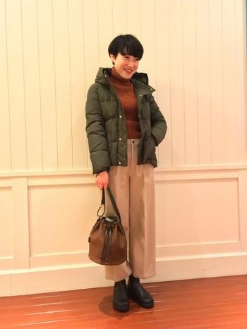 モスグリーンなどシックな冬色でまとめたナチュラルコーディネート。ショート丈のコンパクトなデザインのダウンジャケットは、ワイドパンツはもちろん、ガウチョパンツともバランスが良いですよ◎