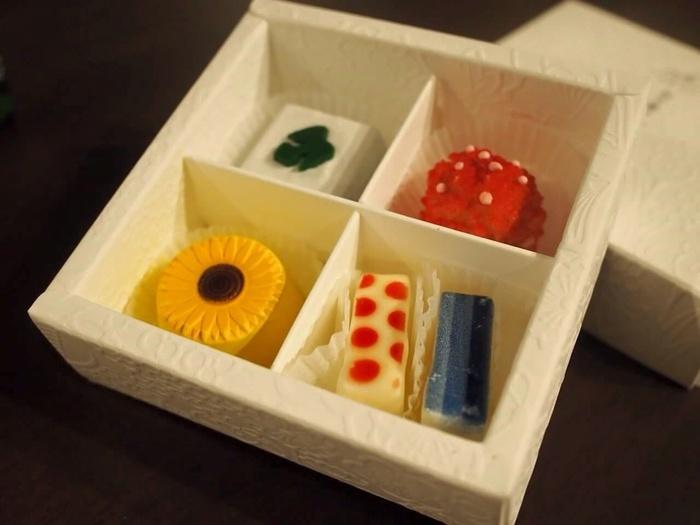 紋デザインの限定チョコレートの他に、お干菓子をイメージして作られた芸術的なチョコレートも。 セットは季節によってモチーフが変わります。 お干菓子というと、お抹茶と一緒に頂くイメージが強く、今ではなかなか一般には馴染みが無いお菓子になってしまったかもしれませんが、その繊細な美しさは日本の伝統工芸品のよう。 伝統を大切にしながらも、新しいものを吸収し進化するというお店のポリシーが反映された商品は、まさに京都ならでは。
