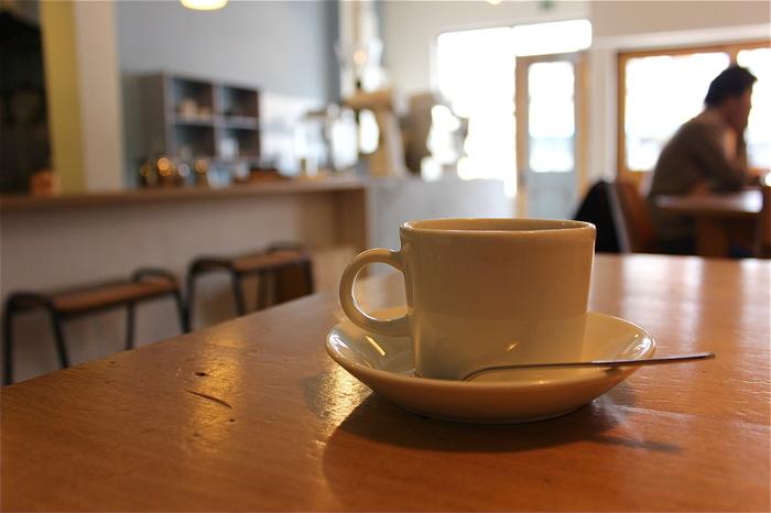 丁寧に淹れられたコーヒーを飲みながら、ハイセンスな空間でぜいたくな時間が過ごせそうですね。デザートメニューも美味しくて人気のカフェです。